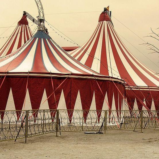 Chapiteau cirque rouge et blanc