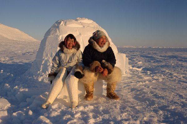 Couple eskimo devant igloo