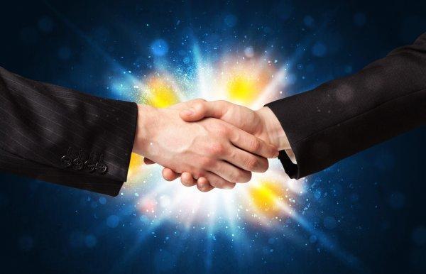 Deux mains se serrant dans lumière