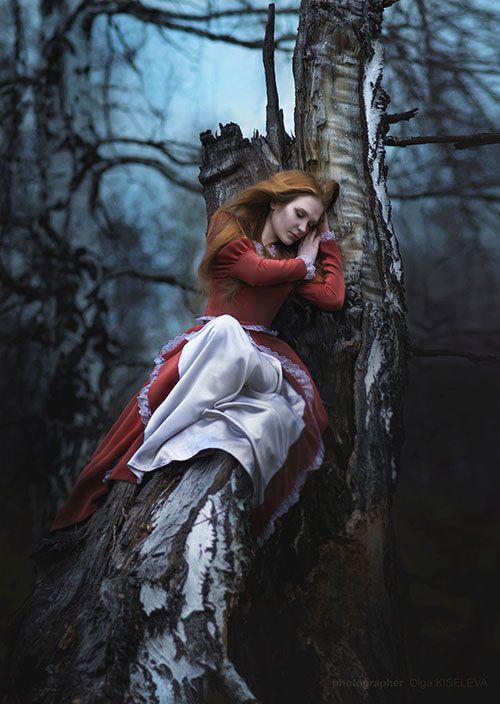 Femme couchée dans arbre