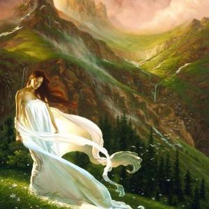 Femme en blanc dans montagne