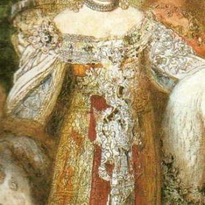 Femme en robe dorée magnifique