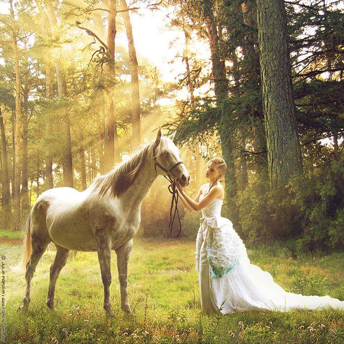 Femme et cheval doré dans nature lumineuse