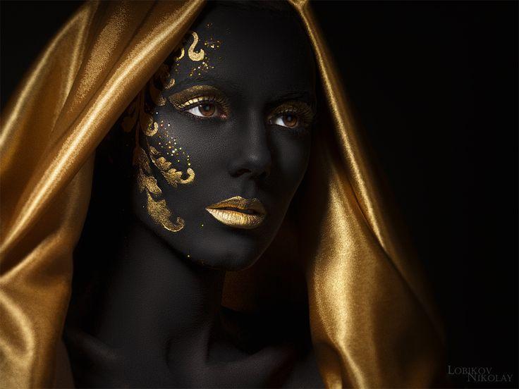 Femme noire et dorée