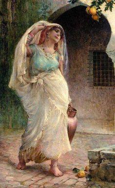 Femme portant vase dans cour intérieure