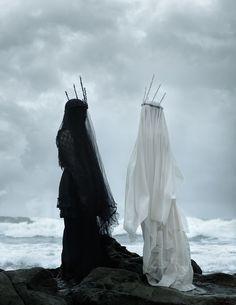 Femmes noire et blanche au bord de l'eau
