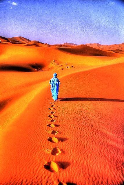 Homme errant dans désert