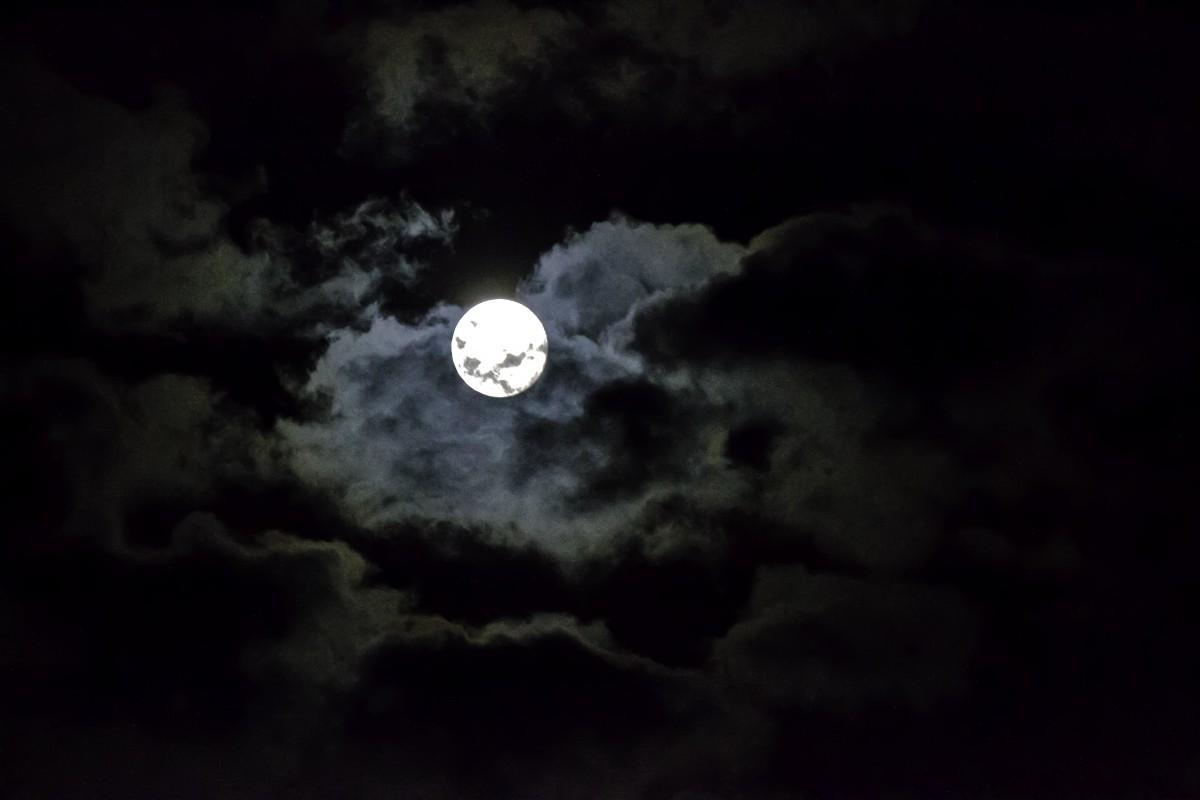 Lune brillant dans l'obscurité