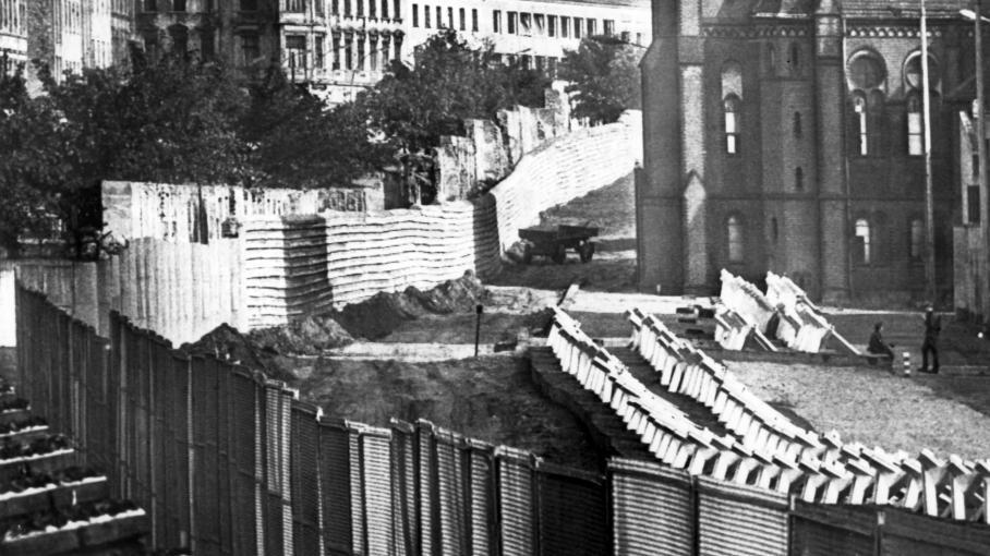 Mur de Berlin et 2 hommes