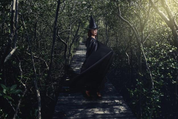 Sorcière dans forêt obscure